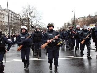 Policiais cerca proximidades de mercado judeu em Paris
