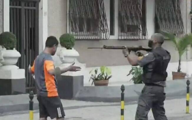 O manifestante que ainda não foi identificado teve um fuzil apontado a sua cabeça pelos policiais