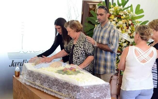 A mãe e o irmão da atriz se despedem de Carlos Arósio