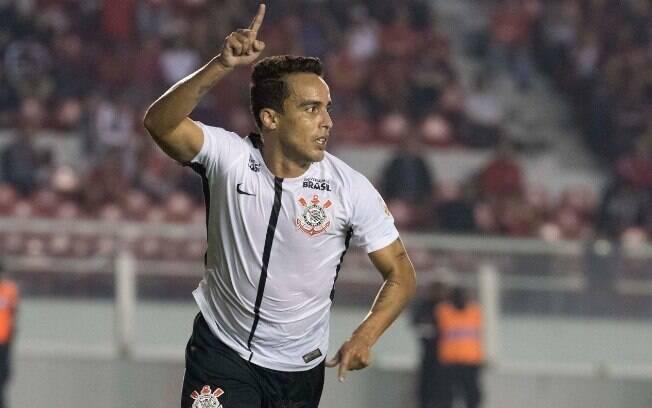 Jadson comemora gol com a camisa do Corinthians