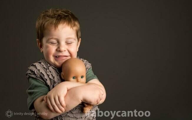 Ensaio fotográfico quer romper com a ideia de que meninos não se interessam pelo o que é considerado  coisa de menina