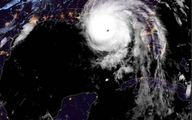 Furacão Michael atingiu os Estados Unidos na última quarta-feira (10) e desde então perdeu força até ser rebaixado para tempestade Michel, mas continua fazendo vítimas
