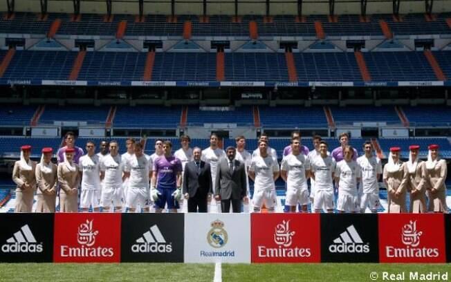 Equipe do Real Madrid posou com a mova camisa no gramado do estádio Santiago Bernabéu