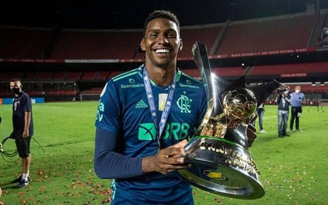 Ronaldo Giovanelli critica Hugo Souza, e goleiro do Flamengo rebate: 'Abraço do atual bicampeão brasileiro'