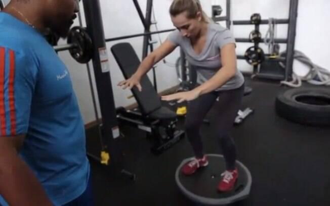 Durante o treino é preciso se equilibrar em cima de plataformas instáveis