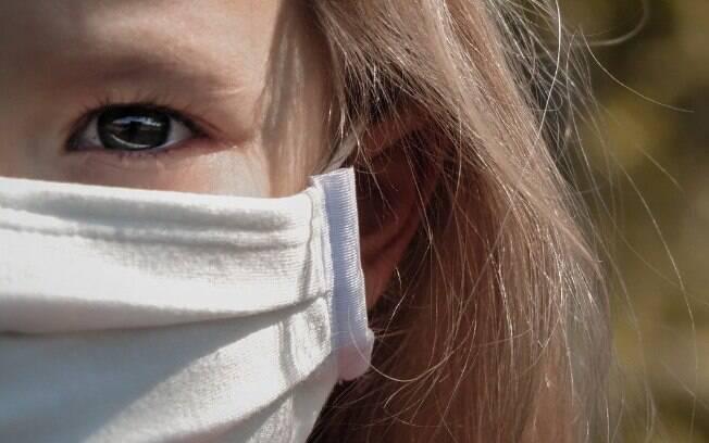 Criança do sexo feminino com máscara