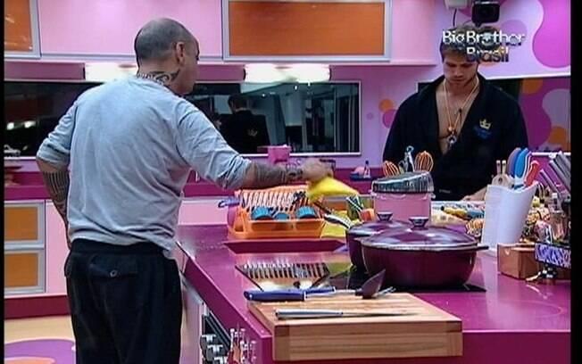 João e Jonas falam sobre jogo enquanto preparam o almoço