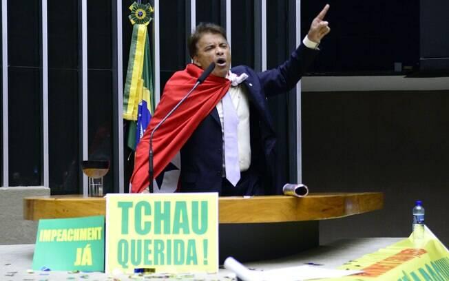 Durante votação do Impeachment de Dilma na Câmara, Costa explodiu um bastão de confetes