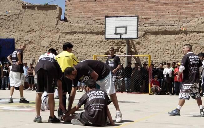Corintianos na quadra do presídio San Pedro,  em Oruro, na Bolívia