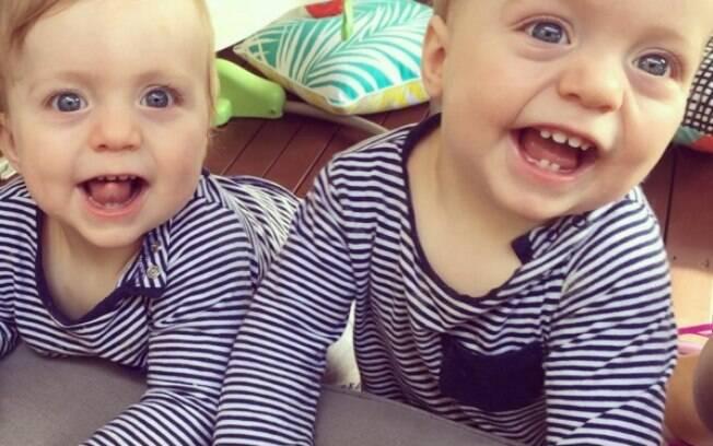 Mãe mostra vídeo em que bebê faz cocô na mão do irmão