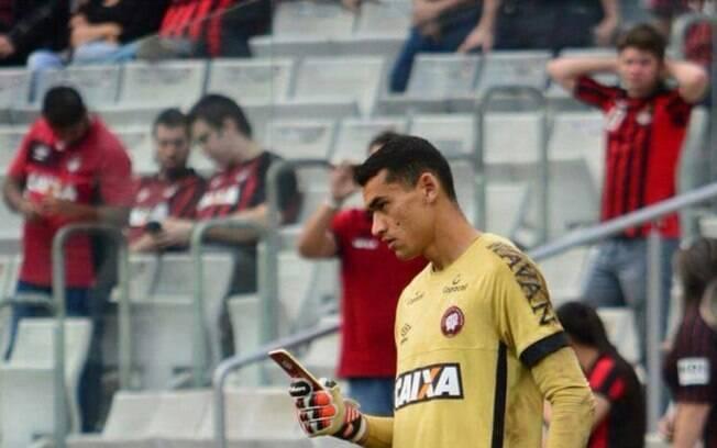 Santos, goleiro do Atlético-PR, é flagrado usando o celular antes da partida na Arena da Baixada