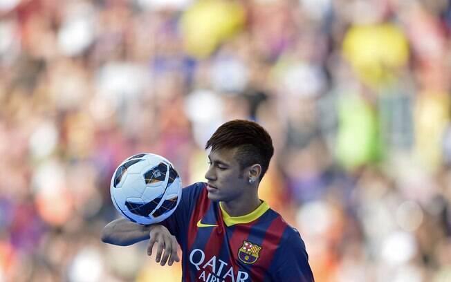 Neymar fez embaixadinhas para delírio da  torcida do Barcelona