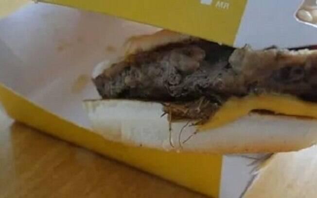 Consumidor percebeu a presença de uma barata no lanche após ter sentido um forte odor