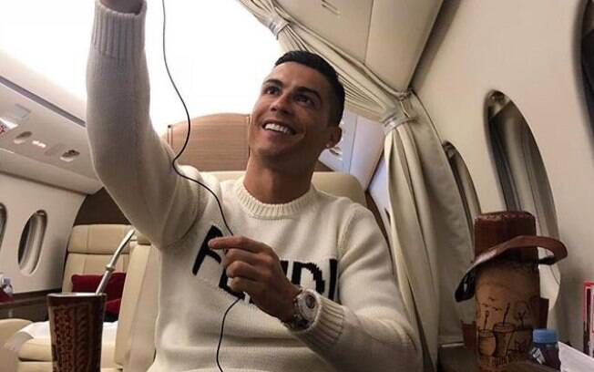 Cristiano Ronaldo publicou foto sorrindo dentro de um avião e foi criticado por não se sensibilizar com desaparecimento de Sala