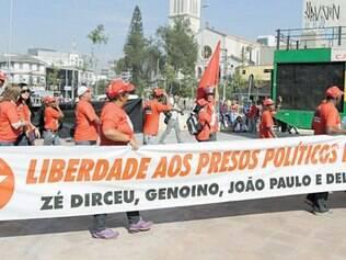 Intrusa. Ato de sem-teto em São Paulo é invadido por faixa em defesa de condenados no mensalão