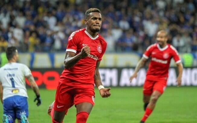 Edenílson comemora o seu gol na partida em Minas Gerais