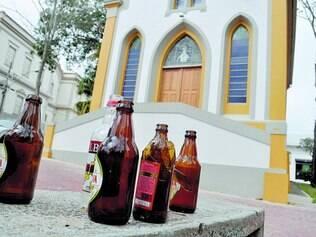 Lavras. Suspeitos que depredaram anteontem paróquia de Nossa Senhora das Mercês deixaram garrafas no local