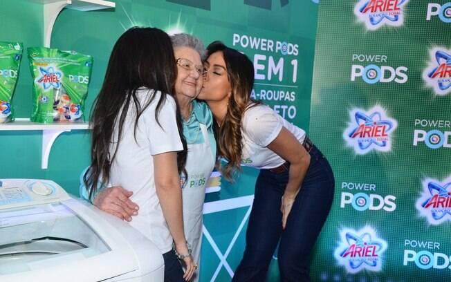 2004577d4991e Sabrina e Tatá Werneck beijam a apresentadora Palmirinha durante o evento.  Foto  AgNews