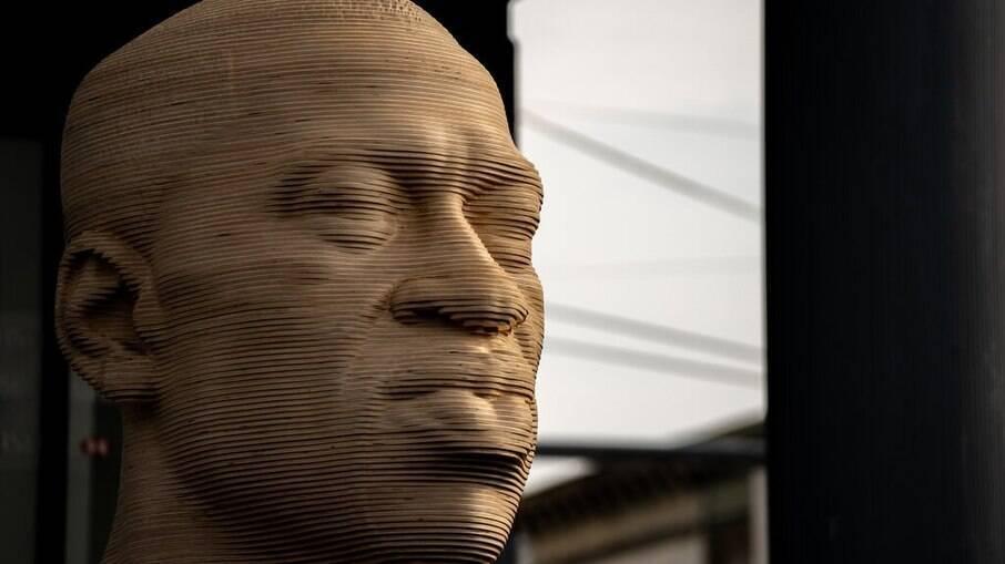 Busto de Geroge Floyd, inaugurado há menos de uma semana, foi vandalizado por um grupo sepremacista branco de extrema direita