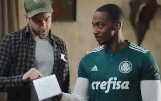 Anthony Mackie surpreendeu ao aparecer com camisa do Palmeiras
