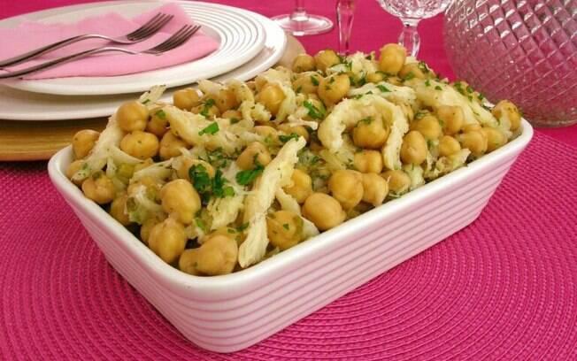 Salada de grão-de-bico com bacalhau: receita fácil e saborosa para a Páscoa