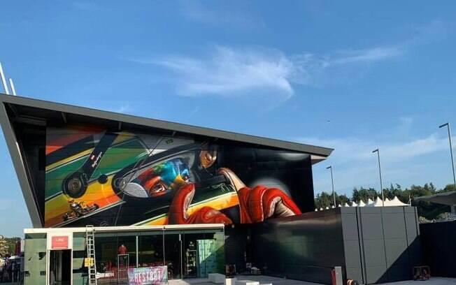 Mural para Ayrton Senna fica nas proximidades de sua última curva, em Imola