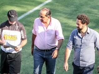 Levir Culpi, Alexandre Kalil e Daniel Nepomuceno observaram o treino desta terça-feira na Cidade do Galo