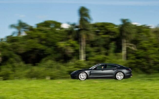 Porsche Panamera  4S conta com controle de largada e pode acelerar de 0 a 100 km/h em apenas  4,2 segundos