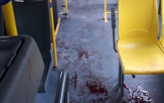 Imagens que circulam nas redes sociais mostram o chão do ônibus repleto de sangue