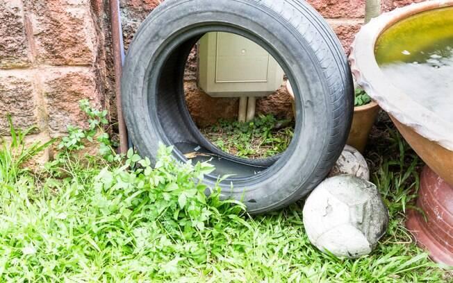 Água parada em locais descobertos deve ser eliminada para evitar os focos do mosquito Aedes aegypti