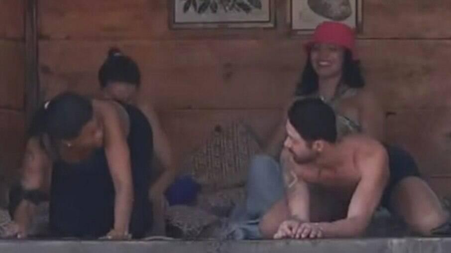 Tati Quebra Barraco e Rico Melquíades dão aula de sexo e Record corta sinal