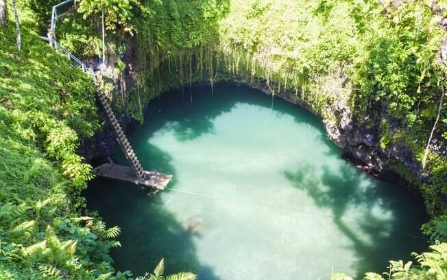 Para chegar ao To Sua Ocean Trench, Lotofaga, em Samoa, você precisa descer uma pequena escada de madeira