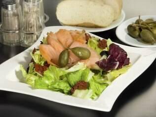 Salada é uma opção magra para enfrentar o barzinho. Mas cuidado com os molhos hipercalóricos!