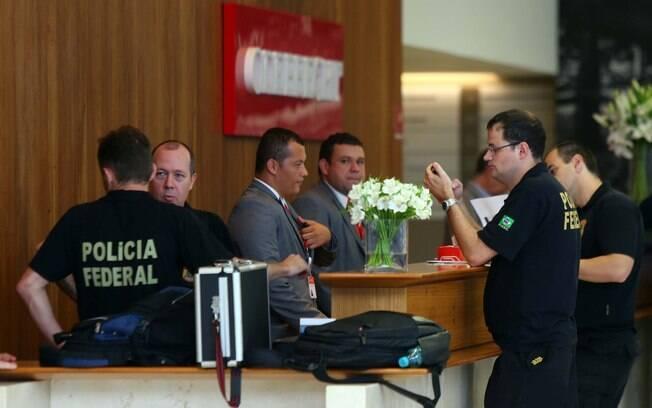 Agentes da Polícia Federal fazem buscas na sede da Odebrecht, em São Paulo