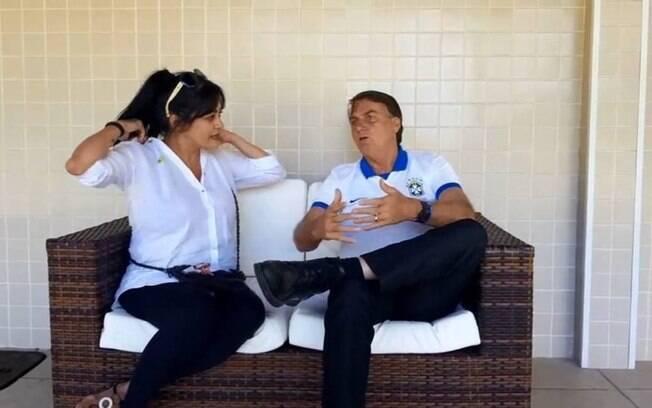 Bolsonaro conversa com apoiadora no Guarujá; encontro foi transmitido ao vivo