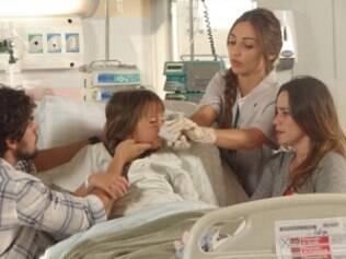 A enfermeira dá um remédio para ajudar Júlia a dormir