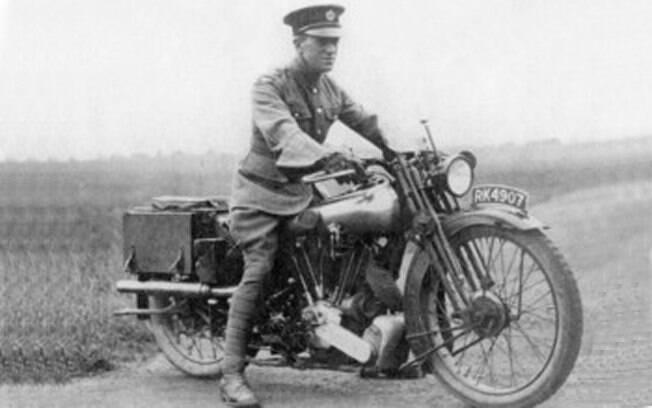 O tenente Thomas Edward Lawrence e sua Brough Superior SS100 de 1932