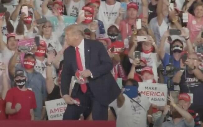 Presidente norte-americano chegou a jogar máscaras para o público durante o comício