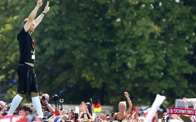 Milhares de torcedores foram às ruas de Berlim para recepcionar seleção da  Alemanha tetracampeã do mundo 569ffa0c5614d