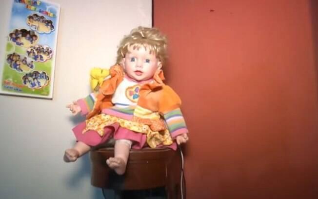 A boneca pode parecer inofensiva, mas há relatos de que ela muda de lugar, sozinha, durante a noite