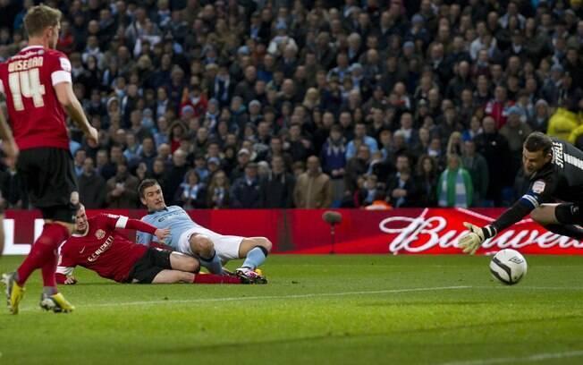 Kolarov se estica para marcar gol do  Manchester City