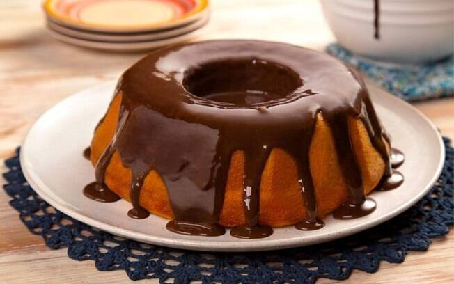 Para deixar o café da tarde ainda mais delicioso, um bolo vulcão de cenoura com bastante chocolate é uma ótima opção