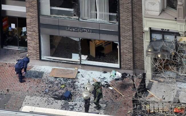 Com roupas de proteção, investigadores vasculham área afetada por explosão perto de linha de chegada na Maratona de Boston (15/04). Foto: AP