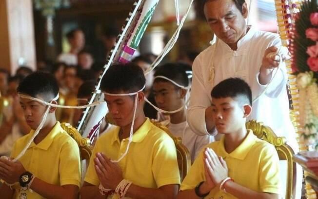 Javalis Selvagens, os garotos que foram resgatados da caverna na Tailândia, oraram contra má sorte em templo budista