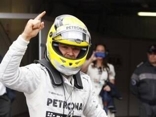 Sem ter sua posição ameaçada, o piloto da Mercedes Nico Rosberg comemora sua vitória em Mônaco