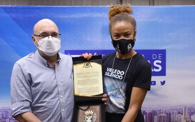 Primeira brasileira negra a escalar o Everest é homenageada pela Prefeitura