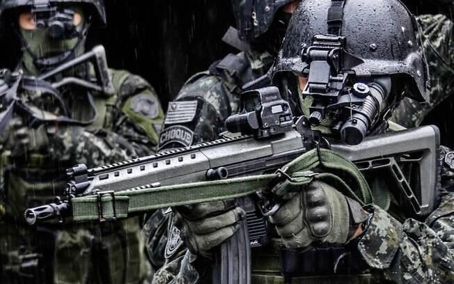 Equipe do COE em patrulha de noite. Note que os operadores usam os equipamentos de visão noturna . Foto: Major PM Luis Augusto Pacheco Ambar