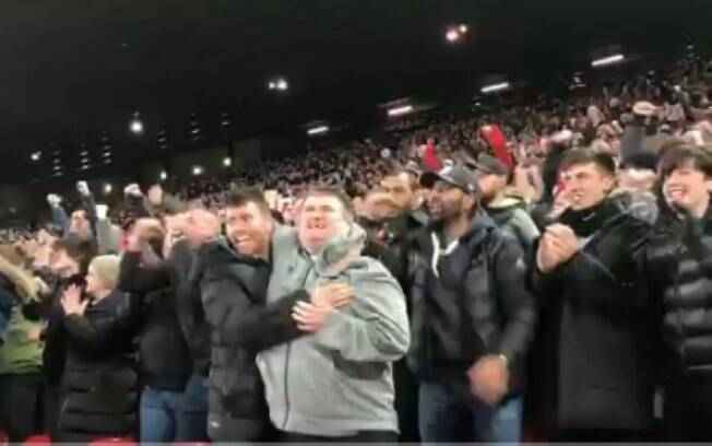 Torcedores do Liverpool comemoram gol de Salah na Liga dos Campeões