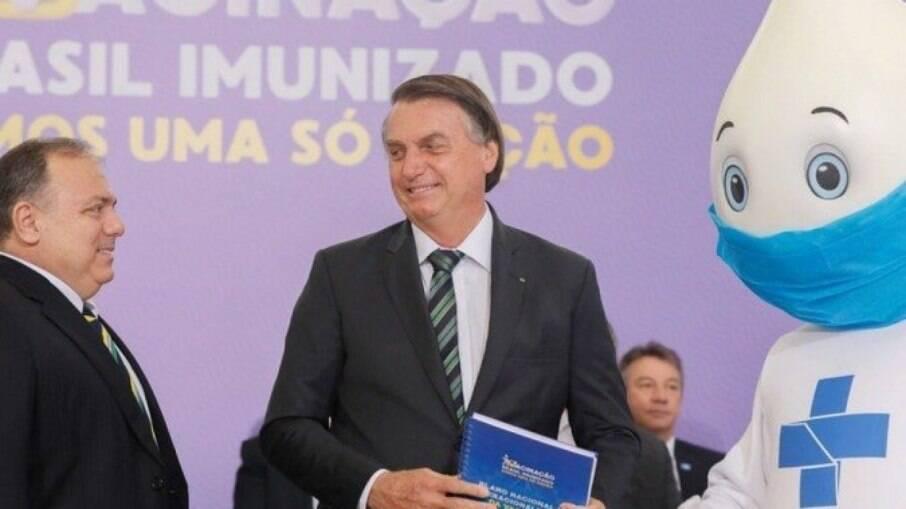Bolsonaro, o ex-ministro da Saúde Eduardo Pazuello e o Zé Gotinha - mascote brasileiro da vacinação