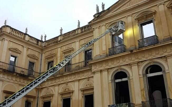 Museu Nacional foi acometido por incêndio que durou seis horas entre a noite de domingo e a madrugada desta segunda